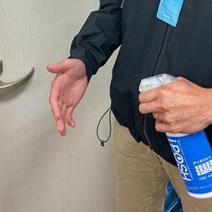 玄関先での手指アルコール消毒