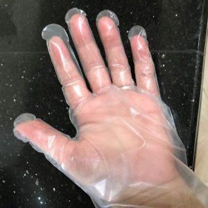 使い捨てのポリ手袋着用での作業